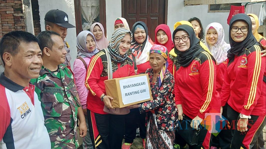 Kapolsek Giri Iptu Suryono Bhakti bersama Bhayangkari  dan tiga pilar Kelurahan Boyolangu memberikan bantuan kepada warga yang kurang mampu.