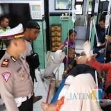 Kasat lantas  Polres Bondowoso melihat kondisi korban luka di RS Asembagus. (Foto Heru Hartanto/Situbondo TIMES)
