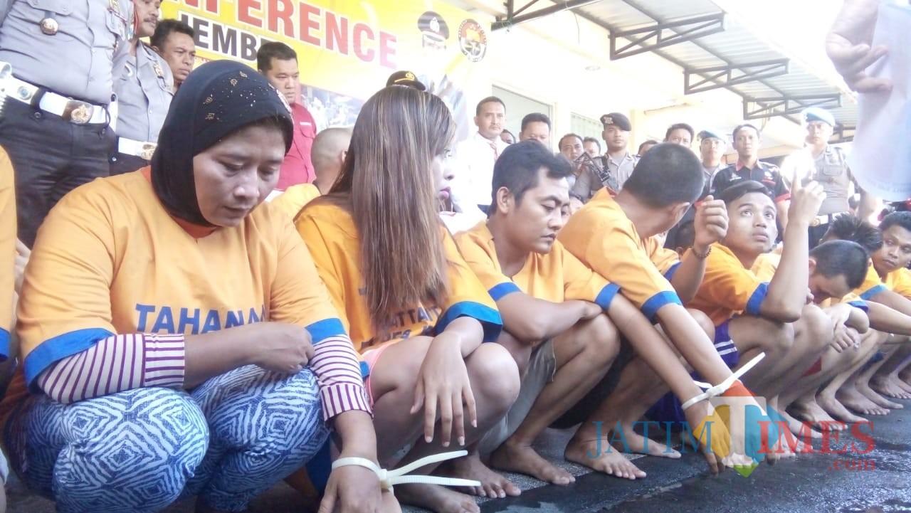 Para tersangka Narkoba saat ditunjukkan di hadapan media (foto : Moh. Ali Makrus /JatimTIMES)