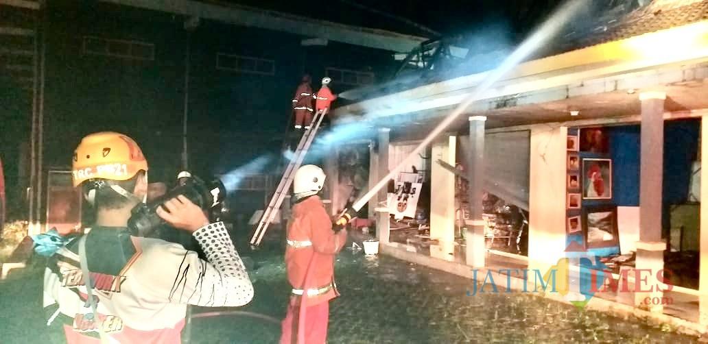 Petugas Dinas Pemadam Kebakaran Kota Batu saat memadamkan api di kios Gedung Kesenian Kota Batu, Minggu (10/2/219) pukul 23.00. (Foto: istimewa)