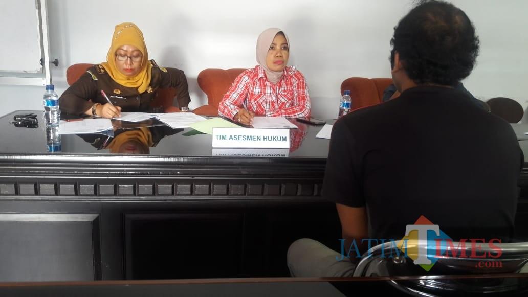 Petugas asesmen saat melakukan serangkaian agenda tes untuk pelaku narkoba (pria berbaju hitam), Kabupaten Malang (Foto : BNN Kabupaten Malang for MalangTIMES)