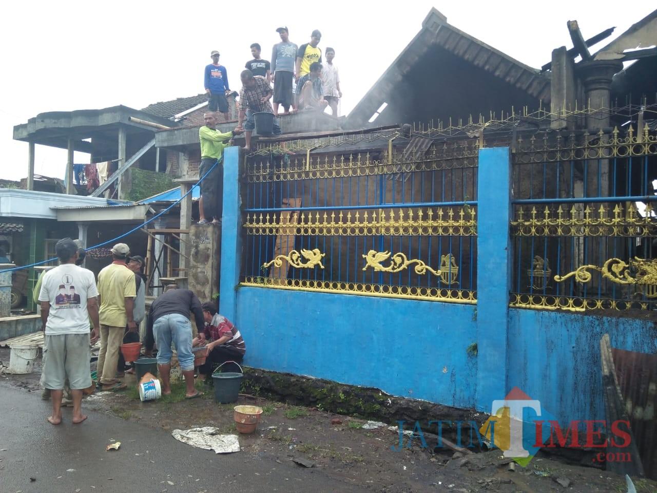 Petugas beserta warga saat berupaya memadamkan api yang membakar rumah warga, Kecamatan Singosari (Foto : Camat Singosari for MalangTIMES)