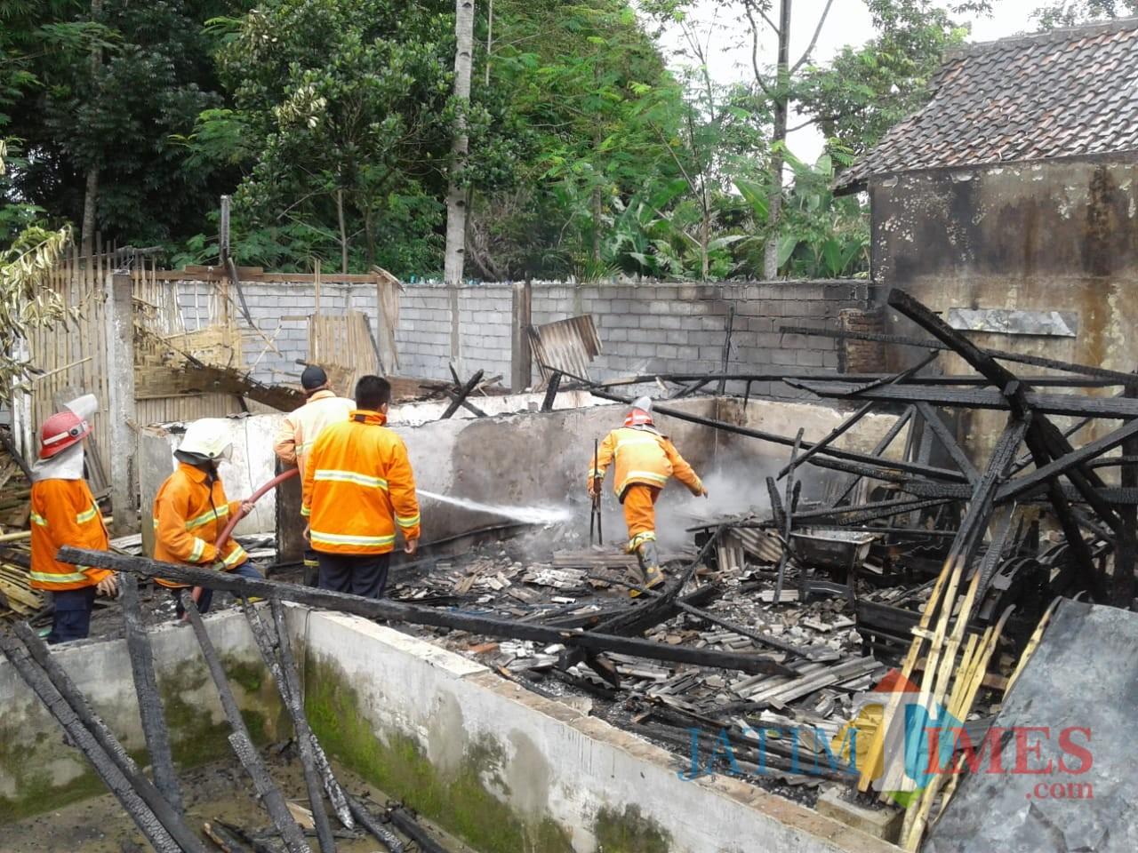 Petugas pemadam kebakaran saat berupaya memadamkan api, Kecamatan Turen (Foto : PPBK Kabupaten Malang for MalangTIMES)