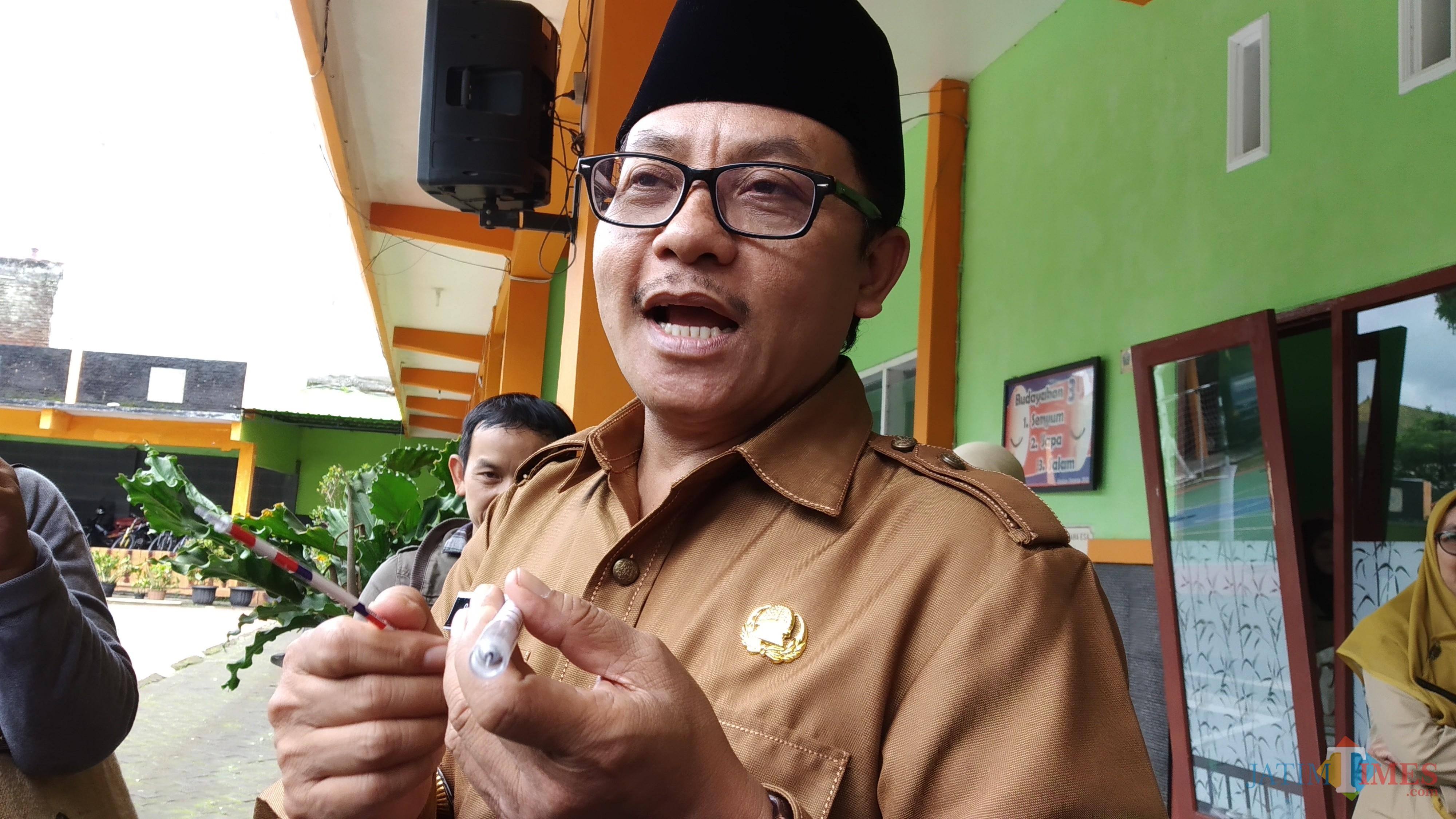 Wali Kota Malang Sutiaji saat menunjukkan jarum suntik yang dimodifikasi pada sebuah bulpoin (Pipit Anggraeni/MalangTIMES).