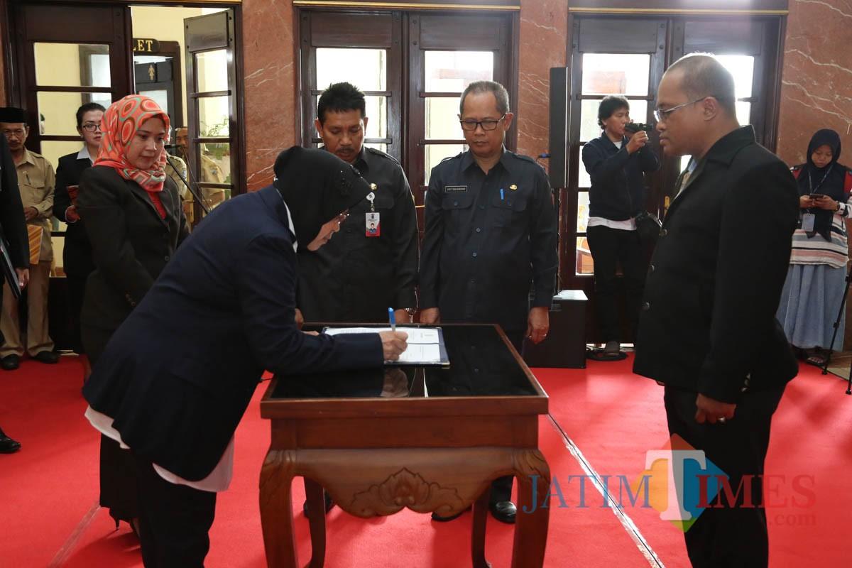 Wali Kota Surabaya Tri Rismaharini saat melakukan pelantikan pejabat baru