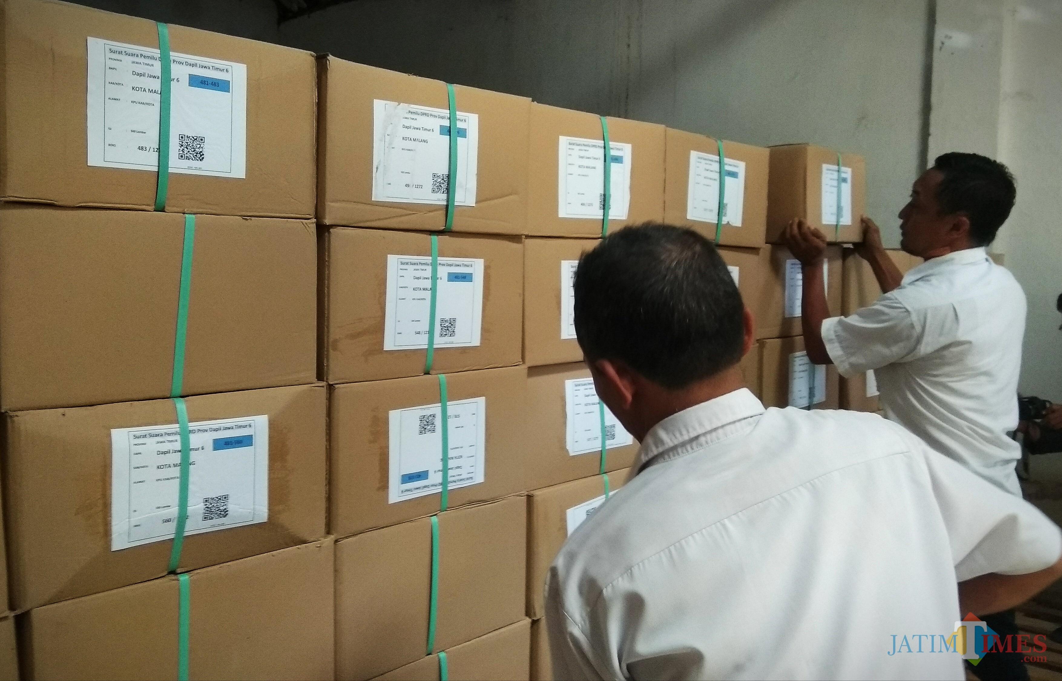 Para petugas tengah memindahkan surat suara Pemilu 2019 di gudang KPU Kota Malang di Jalan Ciujung, Kecamatan Blimbing (Foto: Nurlayla Ratri/ MalangTIMES)