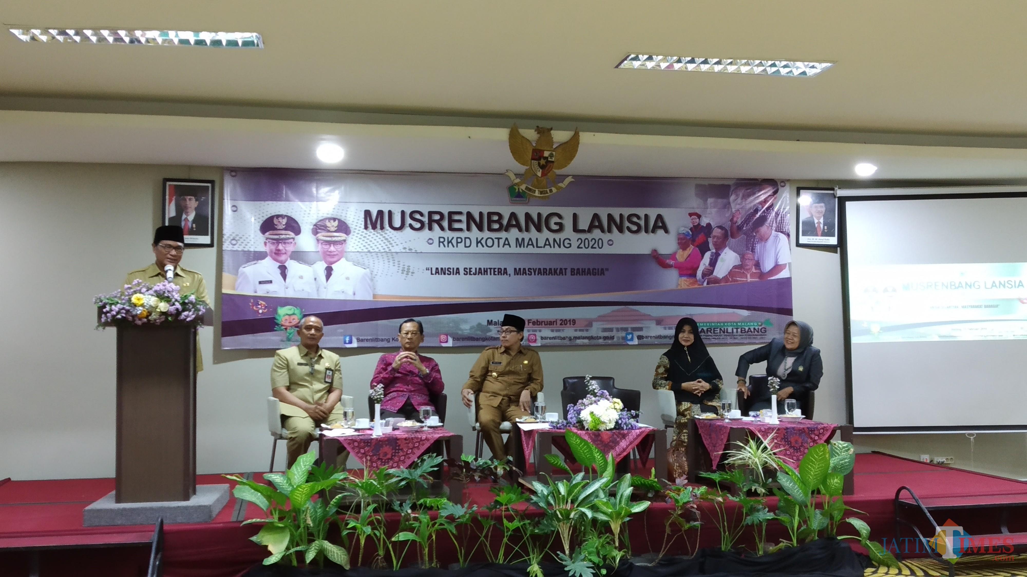 Wakil Wali Kota Malang, Sofyan Edi Jarwoko saat membuka Musrenbang Lansia di Hotel Savana yang juga dihadiri Wali Kota Malang, Sutiaji (duduk, tiga dari kiri) (Pipit Anggraeni/MalangTIMES).