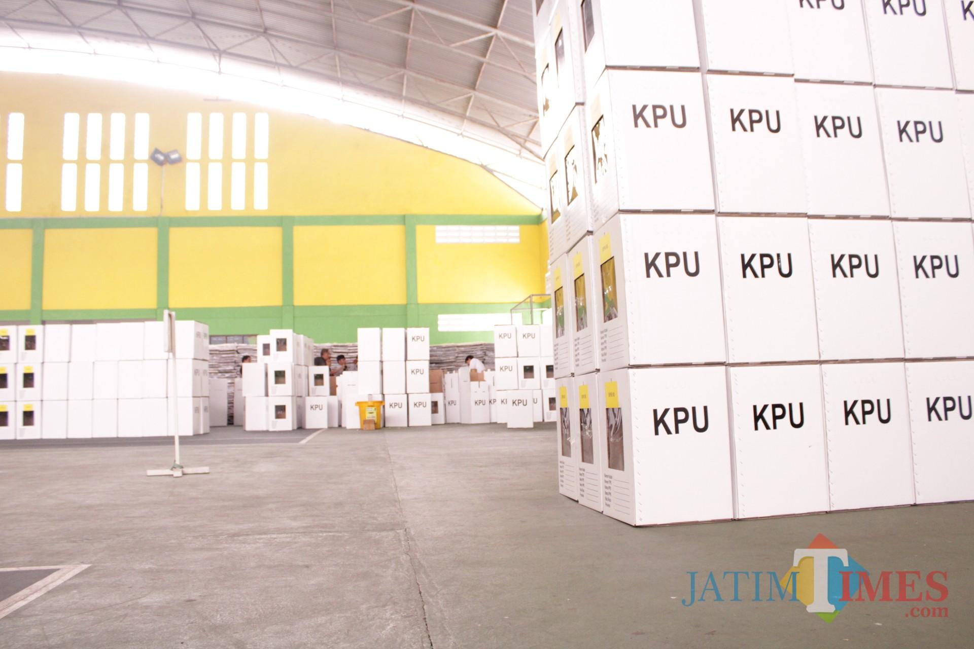 Kondisi kotak suara yang telah dirakit di gedung tenis indor Jombang terlihat belum dilapisi plastik dan tanpa alas. (Foto : Adi Rosul / JombangTIMES)