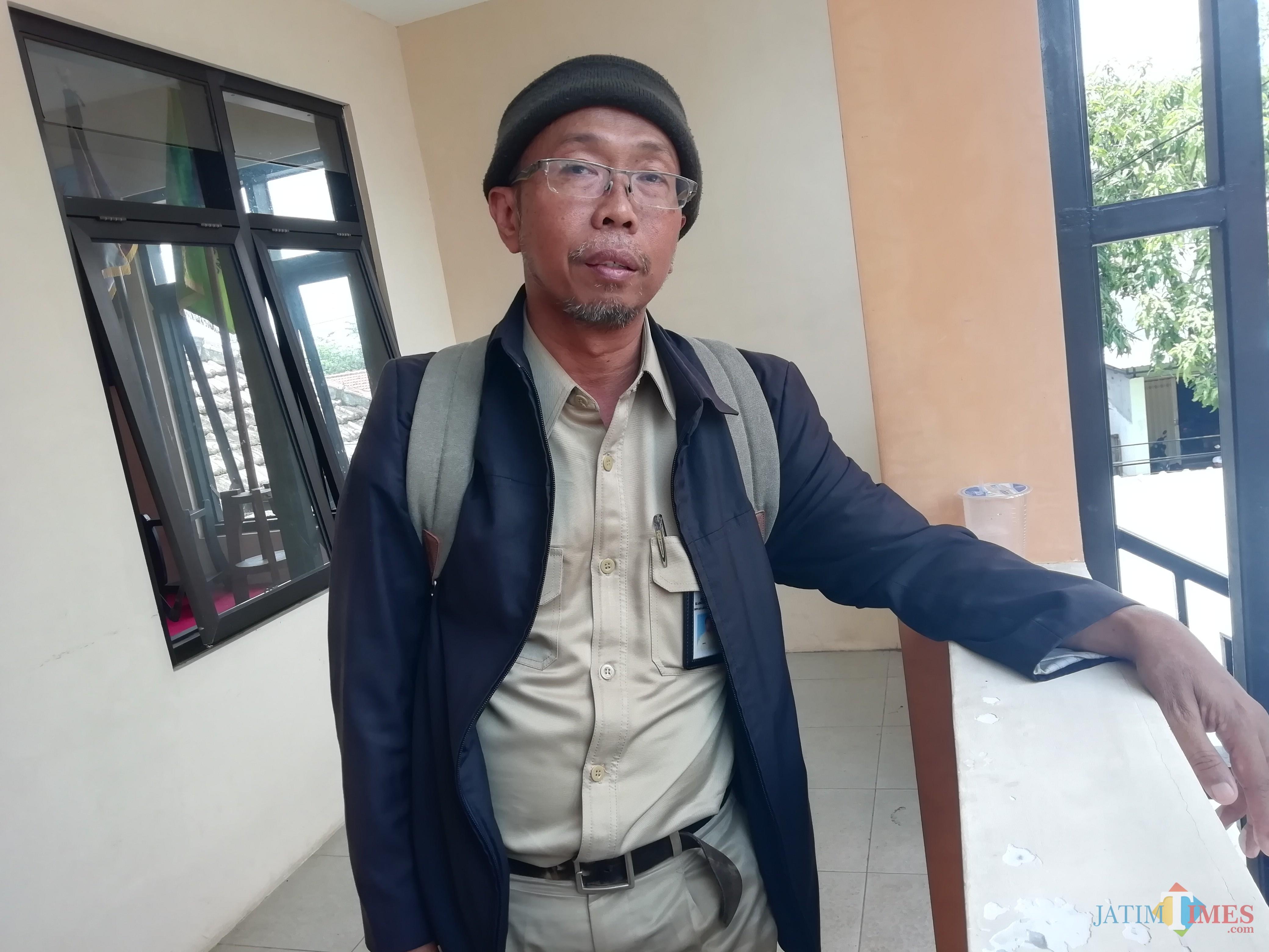 Kabid Pengolahan Sampah dan Limbah B3 DLH Kabupaten Malang Renung Rubiyatadji saat menyampaikan faktor penumpukan sampah di Pasar Lawang. (Nana)