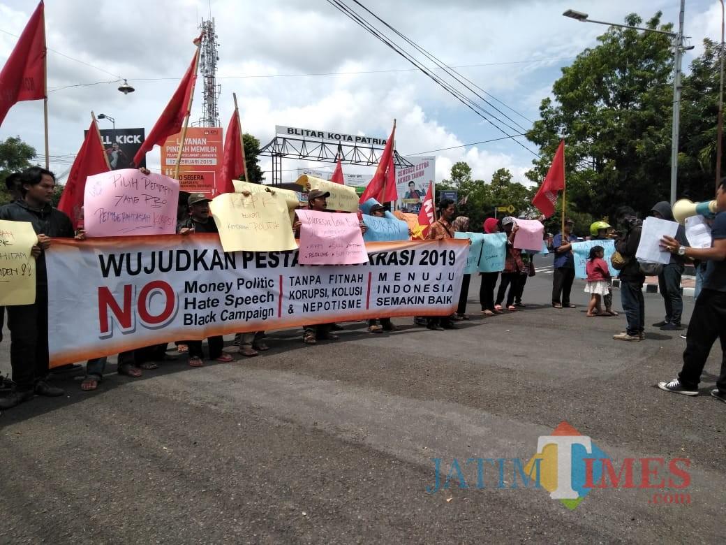 Aksi damai yang digelar LSM KRPK.(Foto : Team BlitarTIMES)
