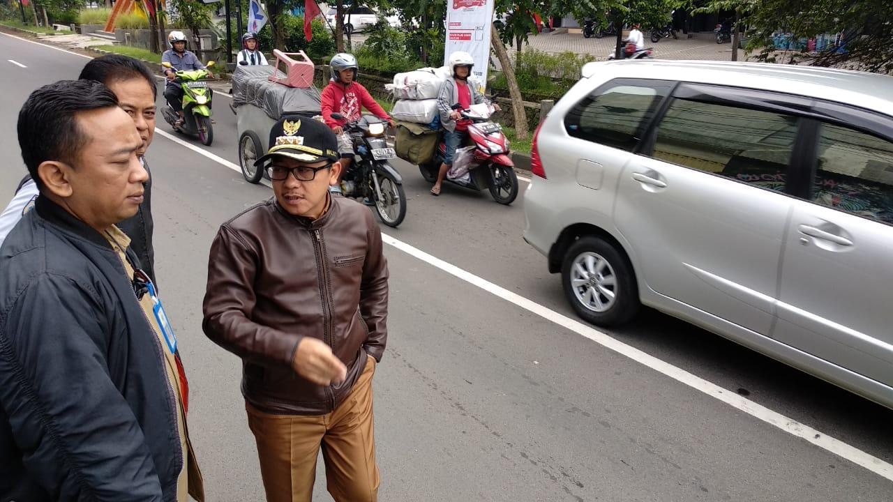 Wali Kota Malang Sutiaji saat memantau arus lalu lintas di kawasan Sawojajar, Selasa (12/2/2019) pagi (Istimewa)