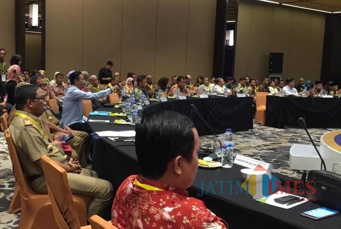 Kepala DPKPCK Kabupaten Malang Wahyu Hidayat (kemeja lengan panjang) dalam AHL untuk penguatan komitmen tuntas sanitasi 2020. (DPKPCK for MalangTIMES)