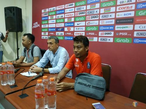 Hamka Hamzah (kanan) dan Milomir Seslija (sampingnya) saat sesi konferensi pers usai melawan Timnas Indonesia U-22. (Hendra Saputra)