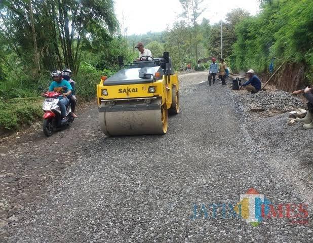 Pemeliharaan jalan rusak oleh Dinas PU Bina Marga Kabupaten Malang. (Nana)