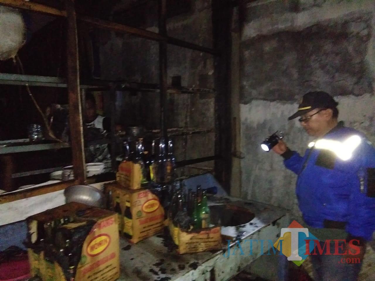 Petugas Damkar saat memeriksa lokasi kebakaran usai api padam (foto: Joko Pramono/ JatimTIMES)