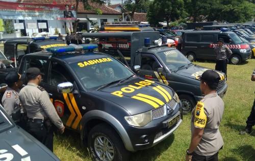 Kapolres Banyuwangi AKBP Taufik Herdiansyah Zeinardi mengecek kondisi kendaraan dinas kepolisian.
