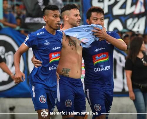 Rivaldi Bawuo (paling kiri) saat merayakan gol Robert 'Gladiator' bersama Hamka Hamzah (official Arema FC)