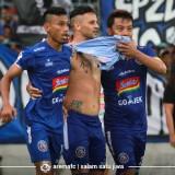 Rivaldi Bawuo (paling kiri) saat merayakan gol Robert