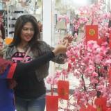 Customer Graha Bangunan didampingi karyawan sedang memetik pohon angpao hoki.(Foto : Aunur Rofiq/BlitarTIMES)