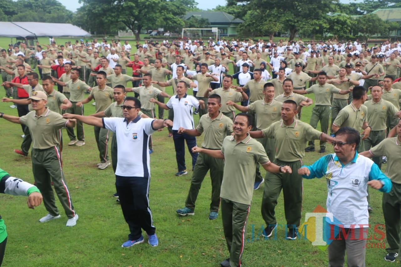 Suasana senam bersama sinegritas TNI-Polri di Kota Kediri. (Foto: B. Setioko/JatimTIMES)