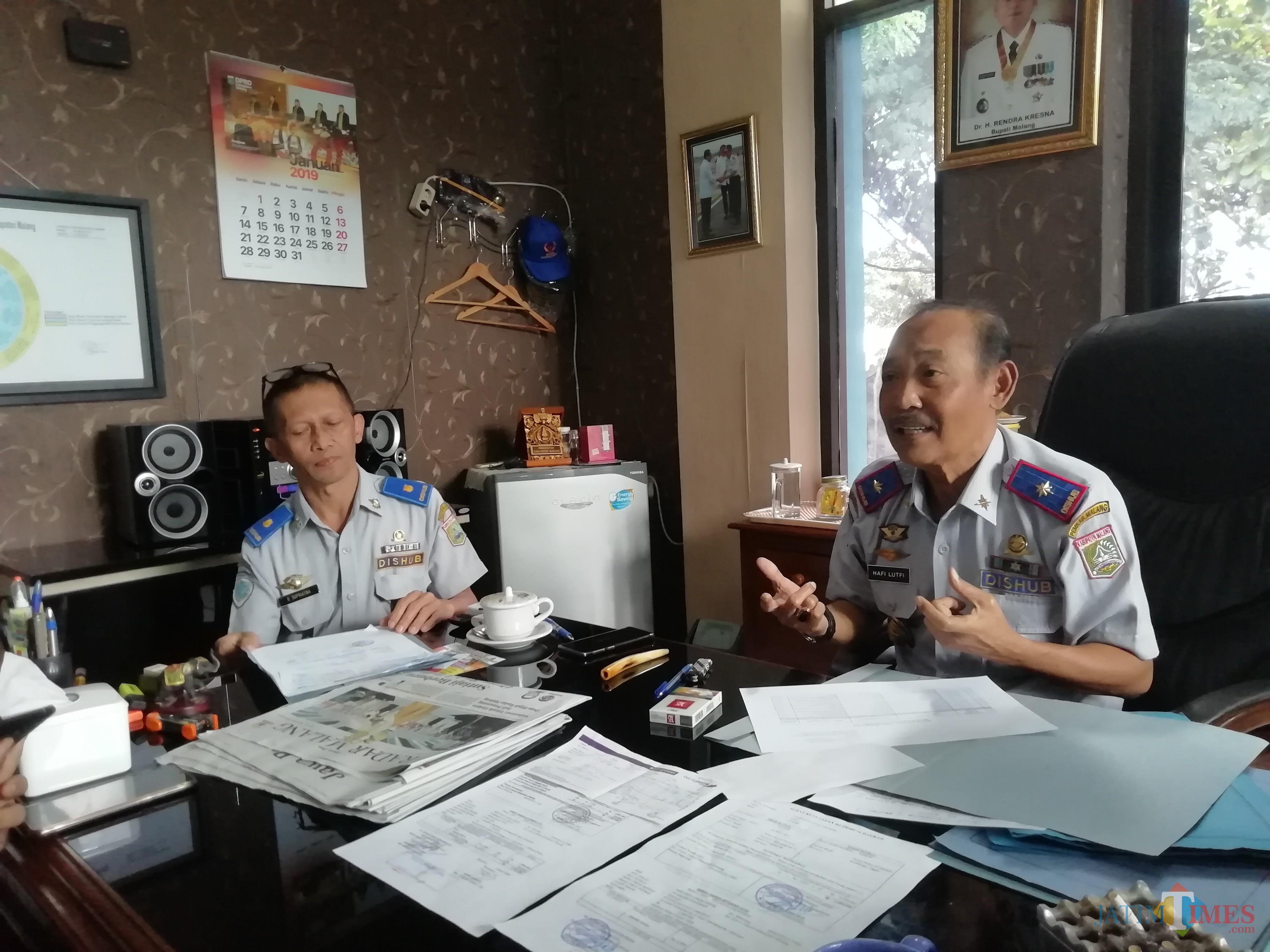 Kepala Dishub Kabupaten Malang Hafi Lutfi (kanan) saat menjelaskan berbagai rencananya dalam mendukung 3 program strategis (Nana)
