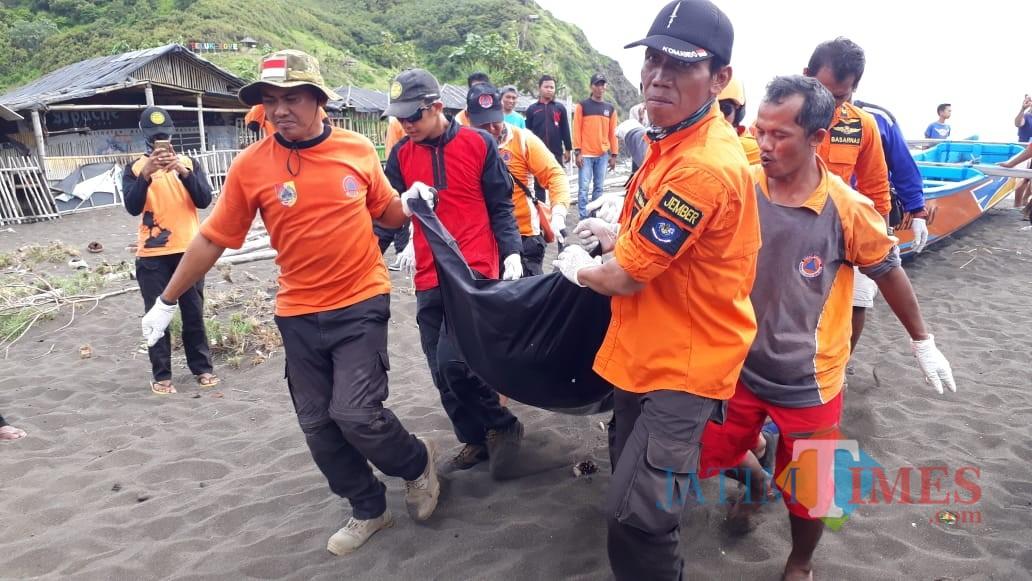 Tim Basarnas saat mengevakuasi jasad korban atas nama Hasan (foto : istimewa / Jatim TIMES)