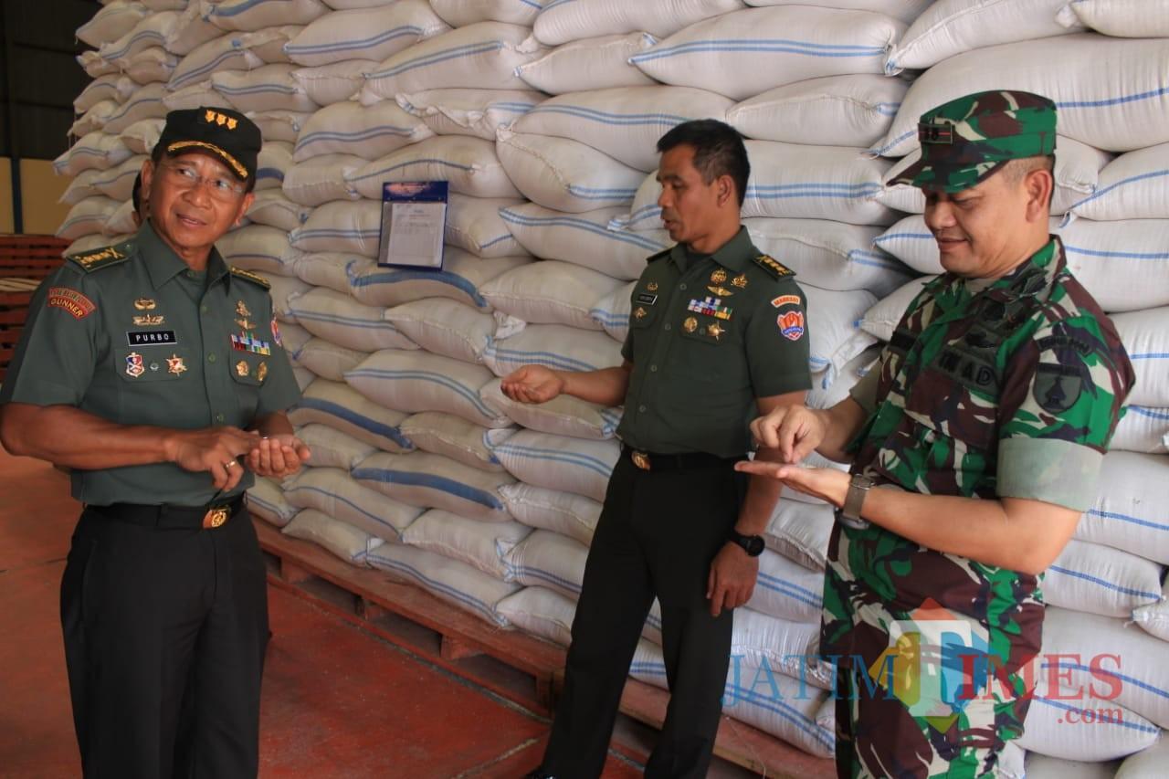 Tim Sergab TNI-AD saat mengunjungi gudang Bulog di Garum.(Foto : Team BlitarTIMES)