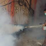 Wabup Marhaeinis turun langsung dan memimpin fogging di Selopuro.(Foto : Team BlitarTIMES)