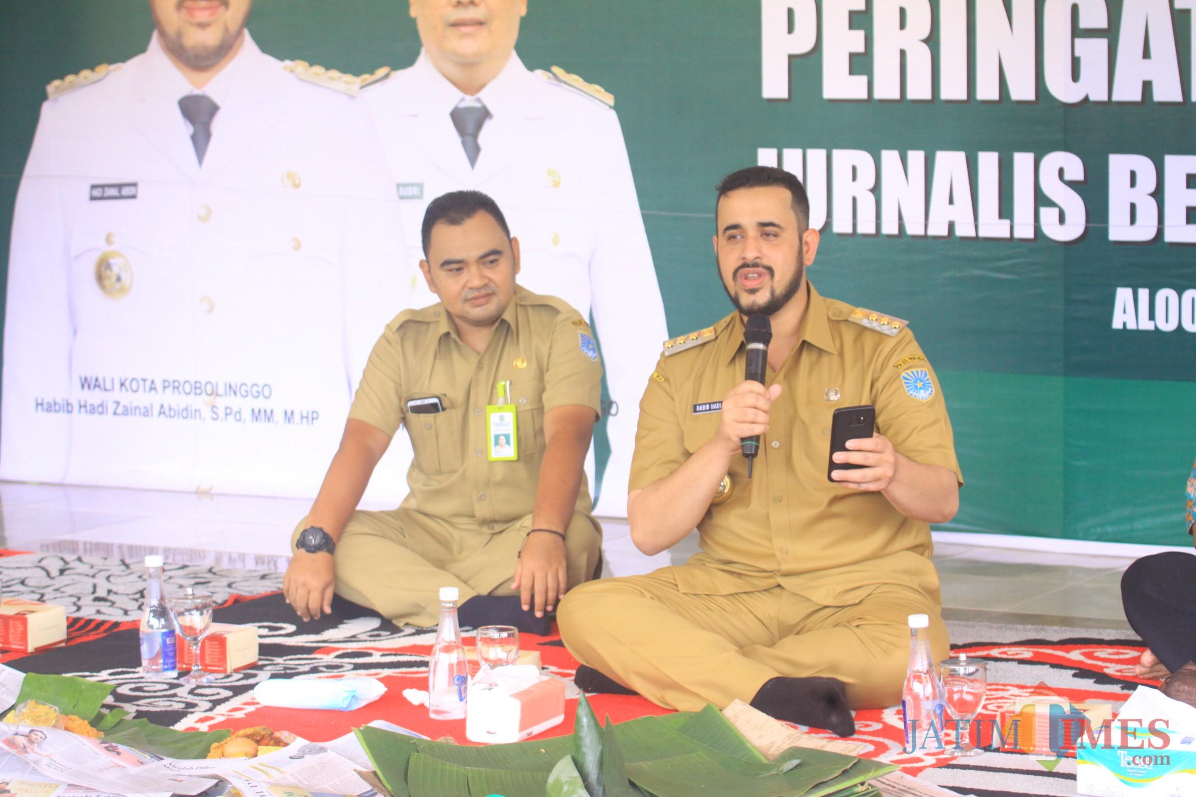 Wali Kota Hadi Zainal Abidin membaca pusi saat peringatan HPN di alun-alun (Agus Salam/Jatim TIMES)