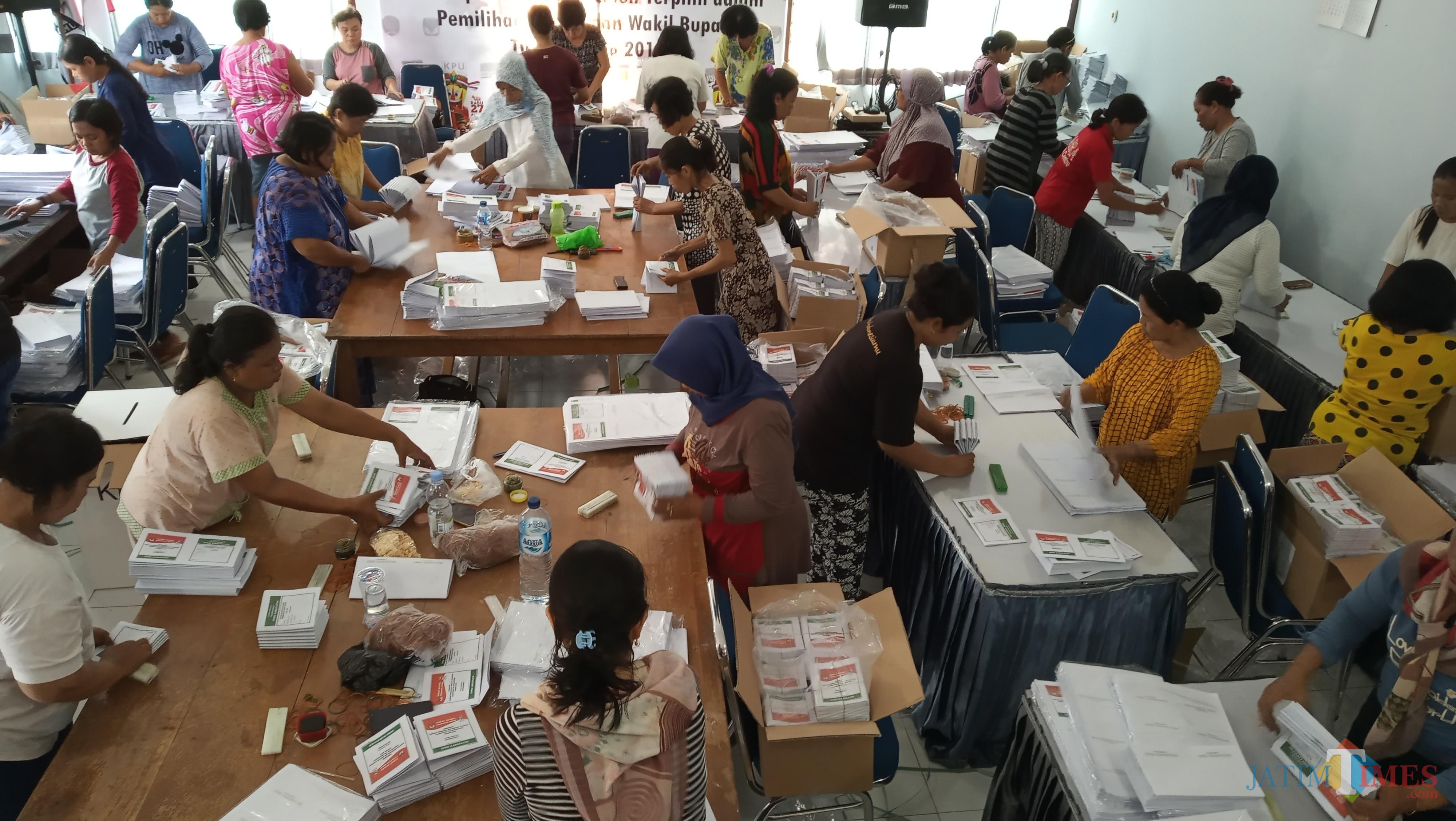 Suasana penyortiran dan pelipatan kertas suara di KPU Tulungagung (foto:  Joko Pramono/Jatimtimes)
