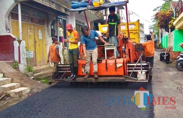 Salah satu pengerjaan pengaspalan jalan oleh rekanan di Desa Beji, Kecamatan Junrejo.