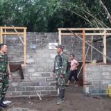 Dandim 0808/Blitar  Letkol Inf Kris Bianto (kanan) saat mengecek pengerjaan RTLH di Kanigoro.(Foto : Team BlitarTIMES)