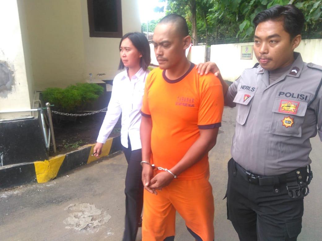 Edi Hartono, tersangka pencabulan balita, saat digelandang ke UPPA Polres Malang.(Foto : Istimewa)