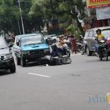 Terlihat pengendara vario tertabrak kendaraan roda 4 yang melaju dari belakang. (Foto : Adi Rosul / JombangTIMES)