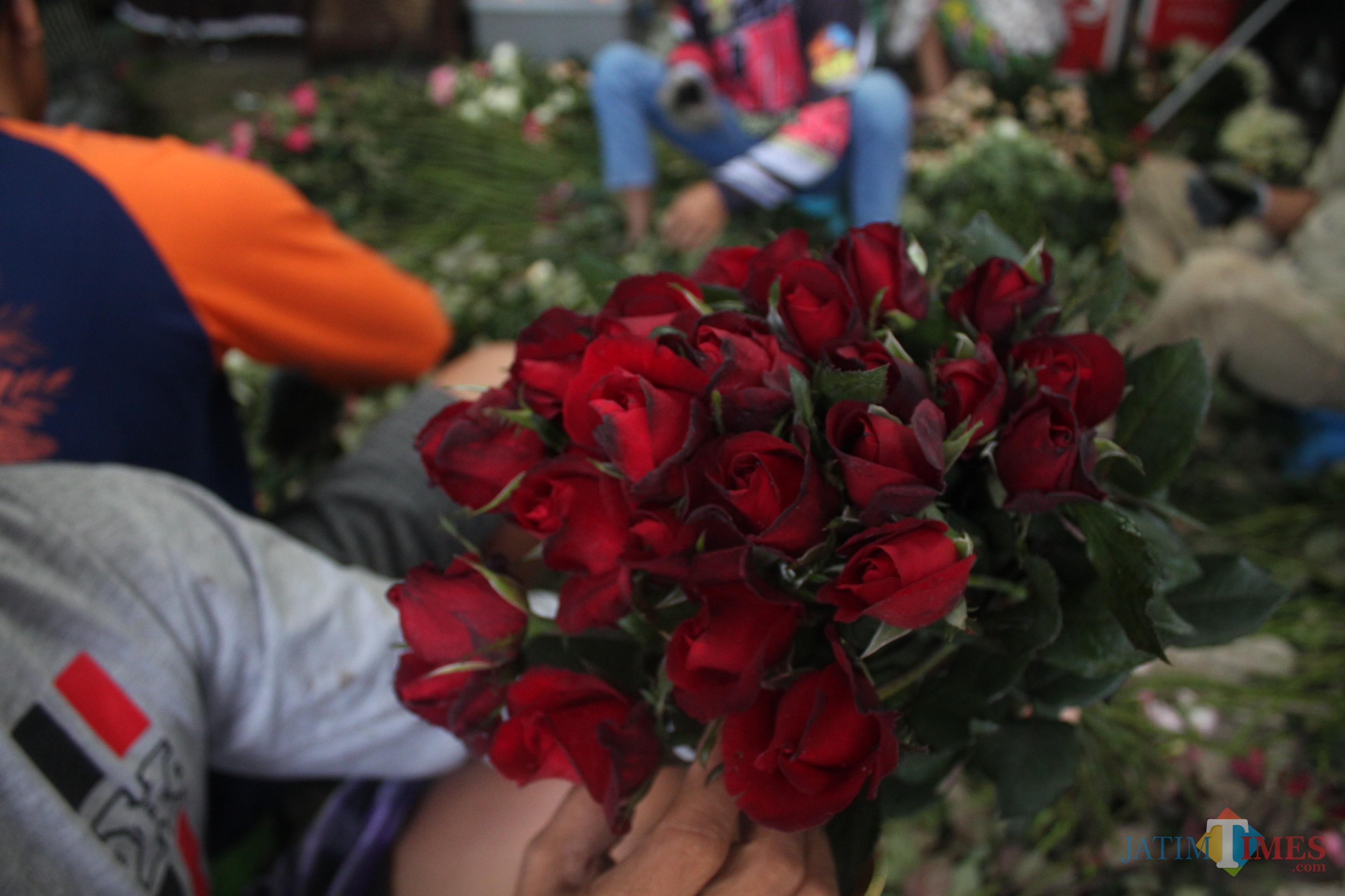 Bunga mawar merah orderan terbanyak dari pemesan (Luqmanul Hakim/Malang Times)