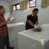 Petugas RSUD Blambangan sedang memeriksa tengkorak yang ditemukan.