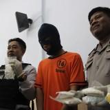 (Dua dari kiri) Kasatreskoba Polres Jombang AKP Moch. Mukid menunjukkan barang bukti pil koplo milik FS. (Foto : Adi Rosul / JombangTIMES)