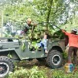 Petugas saat mengevakuasi korban terkena runtuhan pohon di Wanawisata Coban Talun, Desa Tulungrejo, Kecamatan Batu, Kamis (14/2/2019). (Foto: Irsya Richa/MalangTIMES)