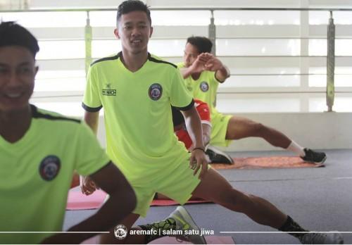 Dendi Santoso (tengah) saat menjalani latihan bersama Arema FC (official Arema FC)