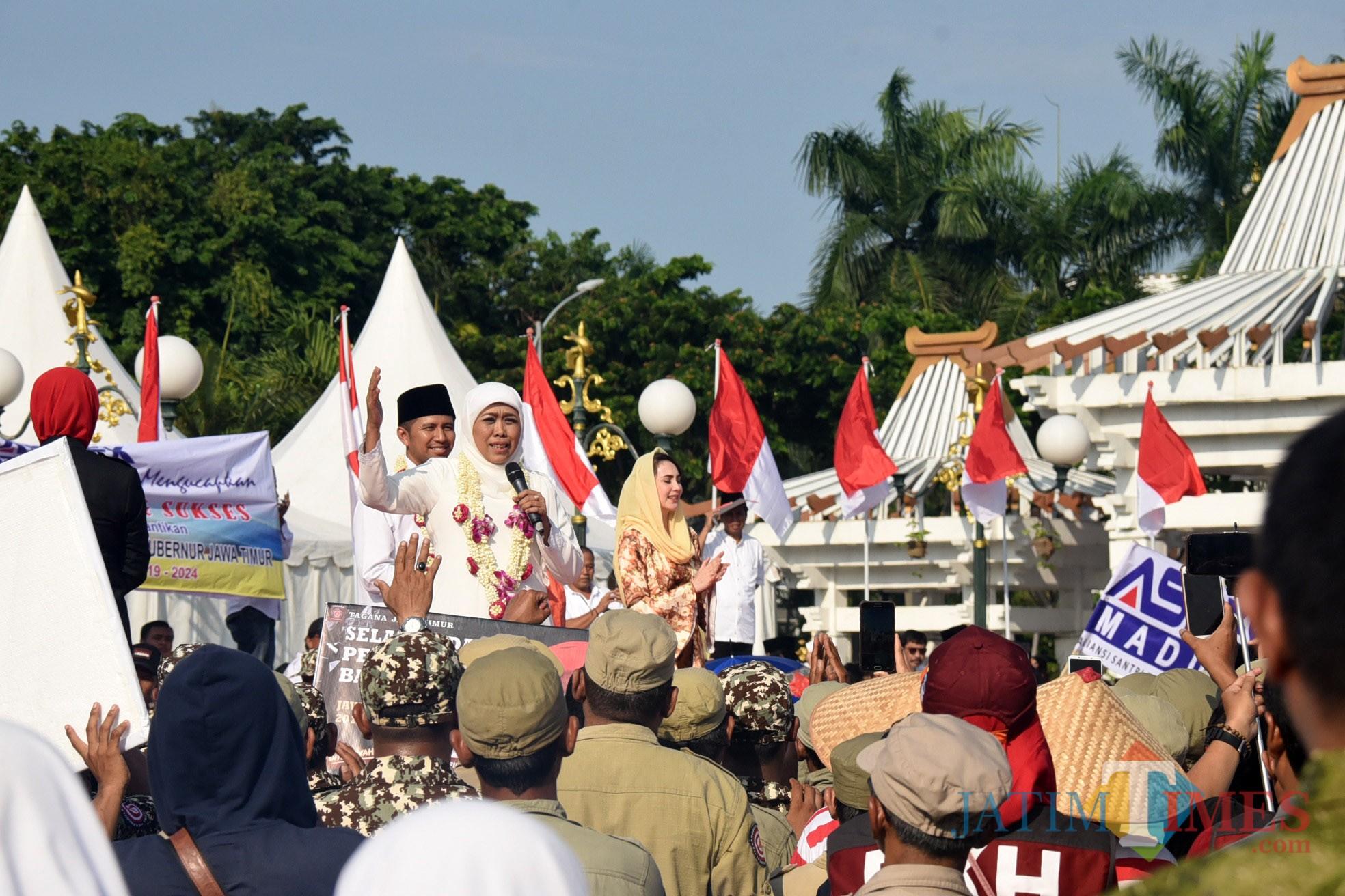 Gubernur Jatim Khofifah Indar Parawansa saat menyampaikan pidato kerakyatan di Tugu Pahlawan