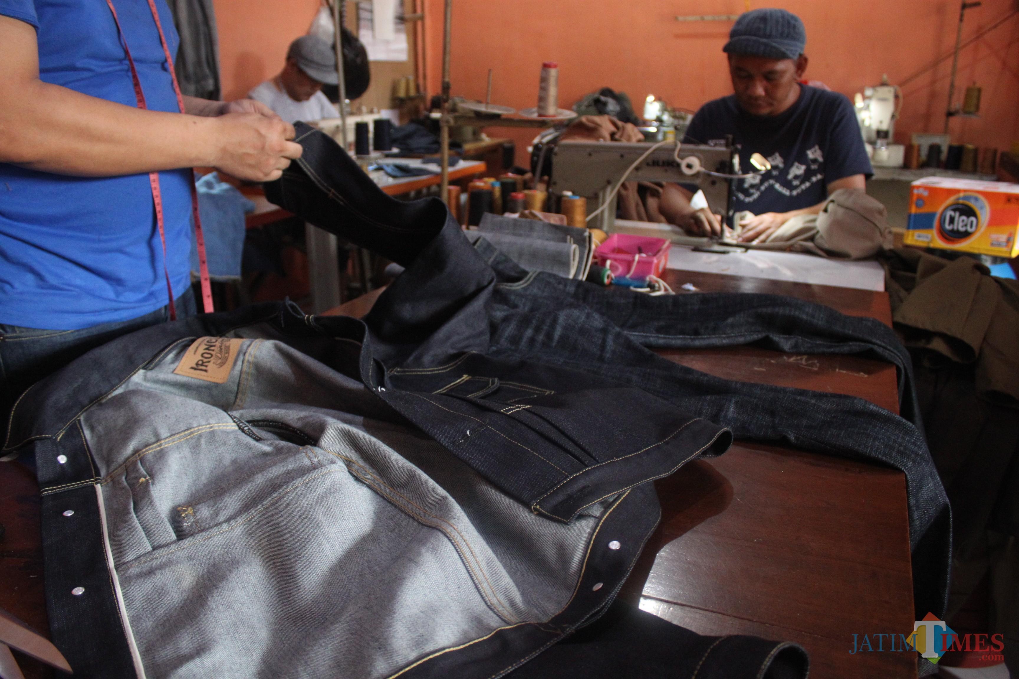 Proses pembuatan celana dan jaket denim di Workshop Studio Uranium Milik Iron (foto : Luqmanul Hakim/Malang Times)