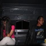 Salah satu pasangan bukan suami istri yang terjaring di salah satu hotel di Mojoagung. (Foto : Adi Rosul / JombangTIMES)