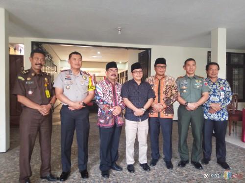 Forkopimda Kota Malang foto bersama setelah coffee morning. (Anggara Sudiongko/MalangTIMES)