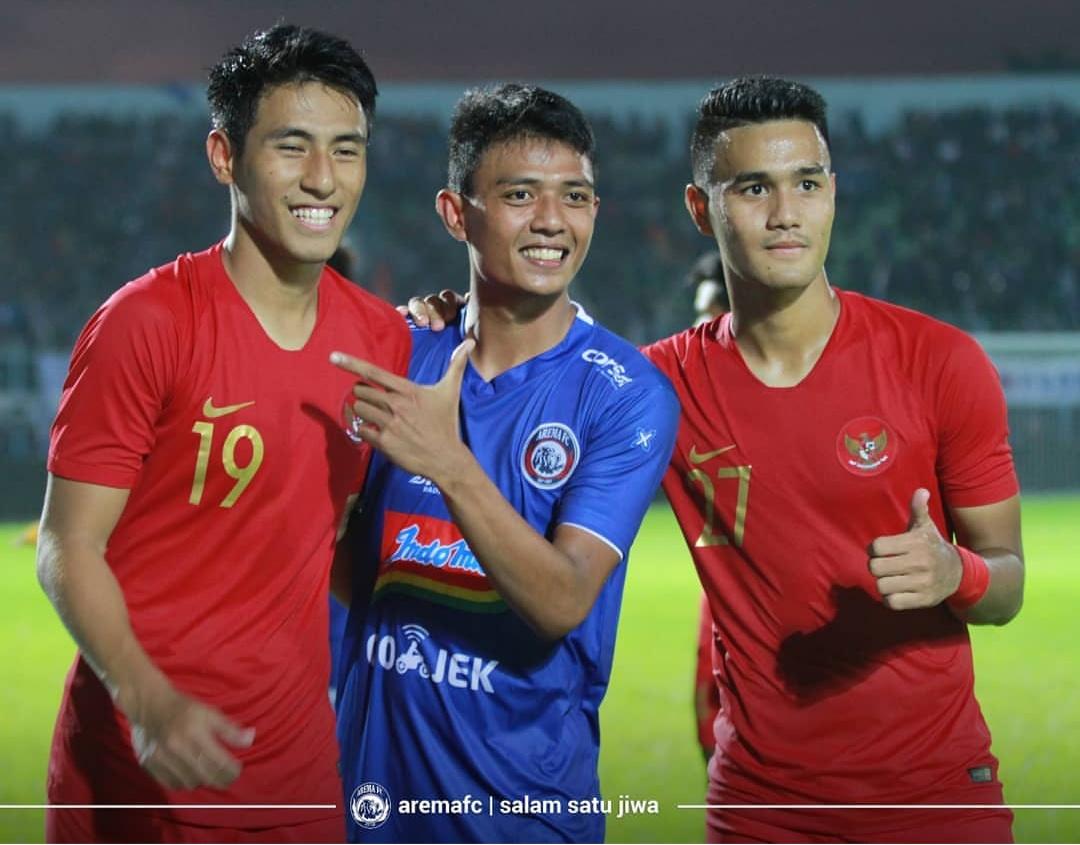Muhammad Rafli (paling kanan) saat berfoto bersama Detik Setiawan dan Hanif Sjahbandi usai pertandingan Arema FC melawan Timnas Indonesia U-22. (official Arema FC)