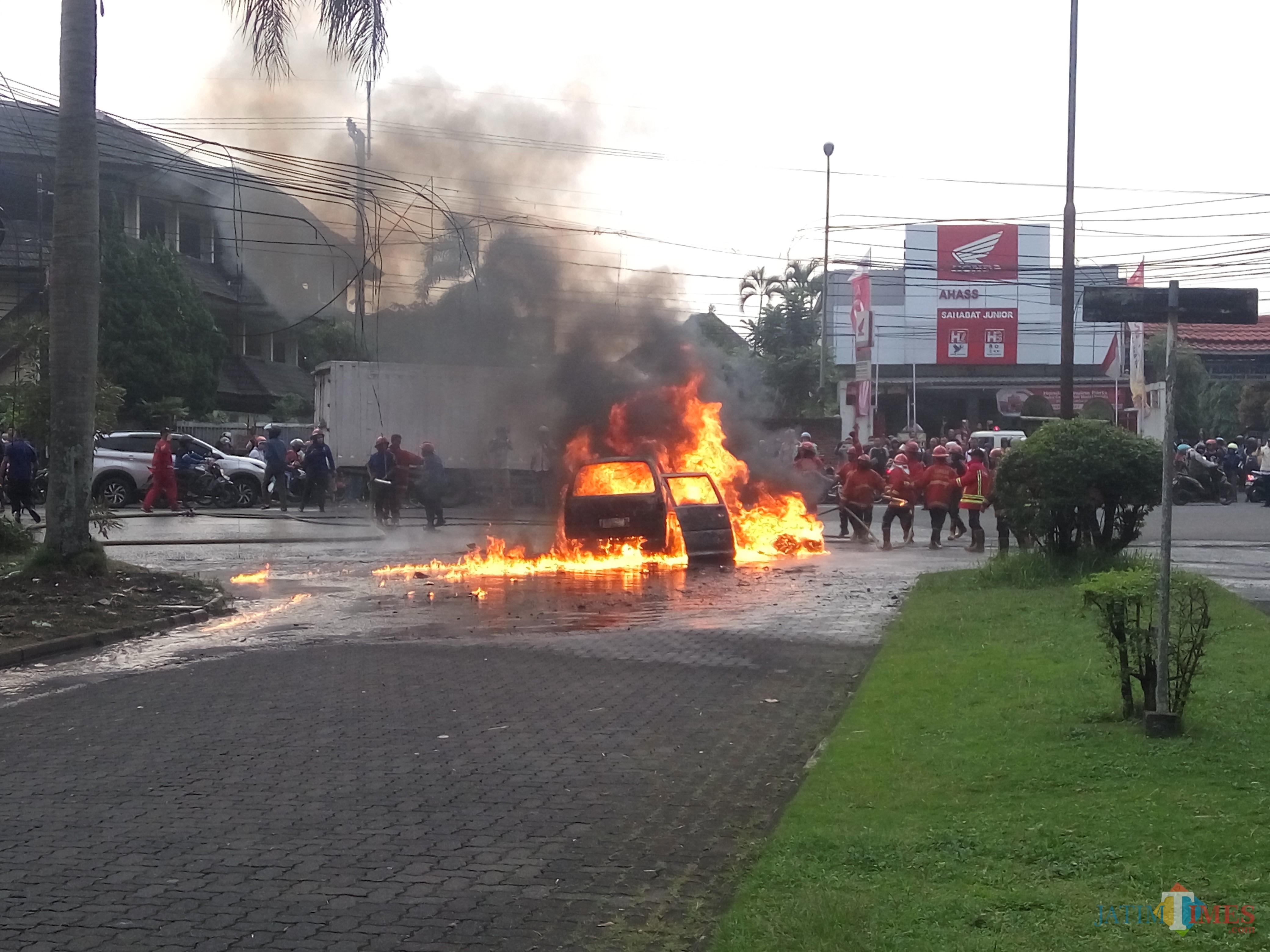 Mobil Espass yang terbakar di samping kantor pajak. (Anggara Sudiongko/MalangTIMES)