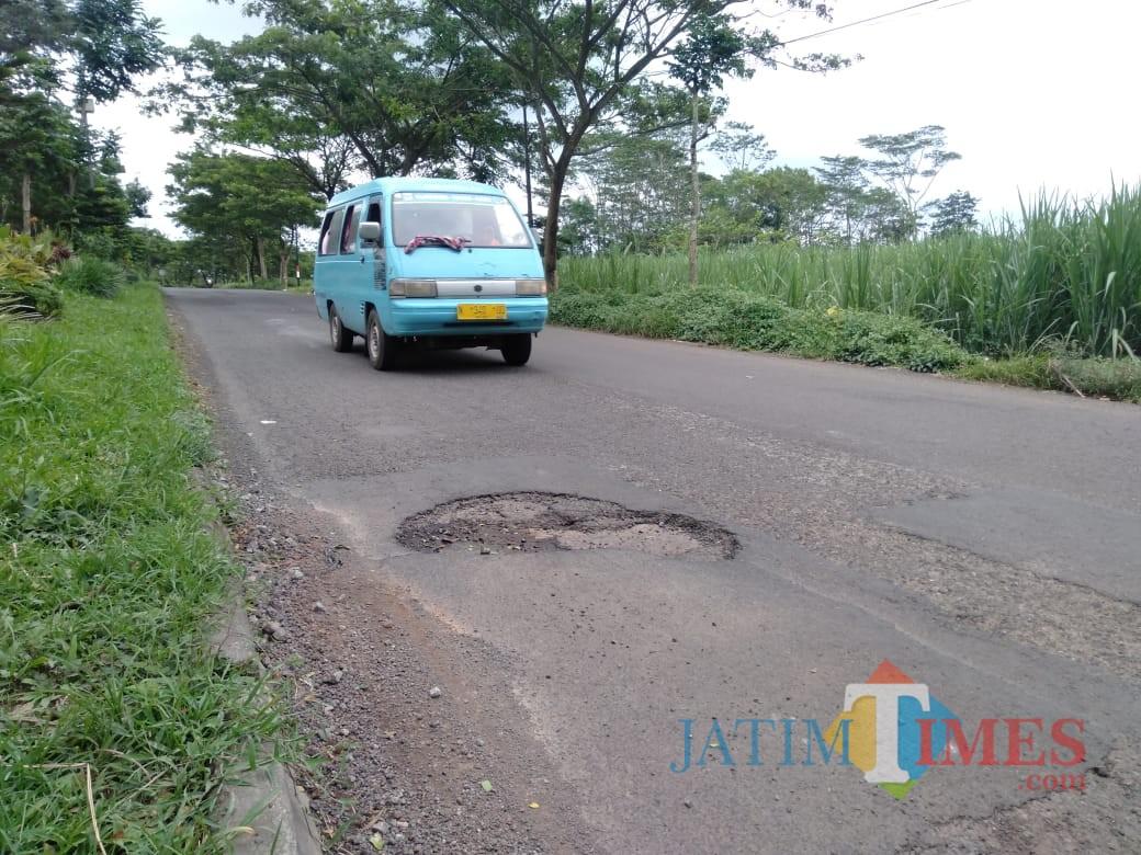 Pengguna jalan saat melintasi ratusan jalan berlobang yang ada di Jalibar, Kecamatan Kepanjen (Foto : Dokumen MalangTIMES)