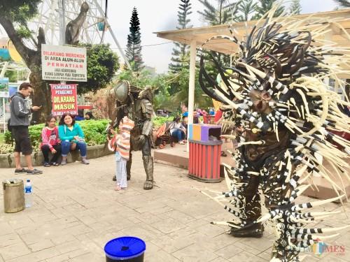 Beberapa cosplayer berlaga ditengah-tengah wisatawaan di Alun-Alun Kota Batu. (Foto: Irsya Richa/MalangTIMES)