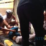 Salah satu korban diangkut truck ke RSUD dr Muhamad Saleh  (Agus Salam/Jatim TIMES)