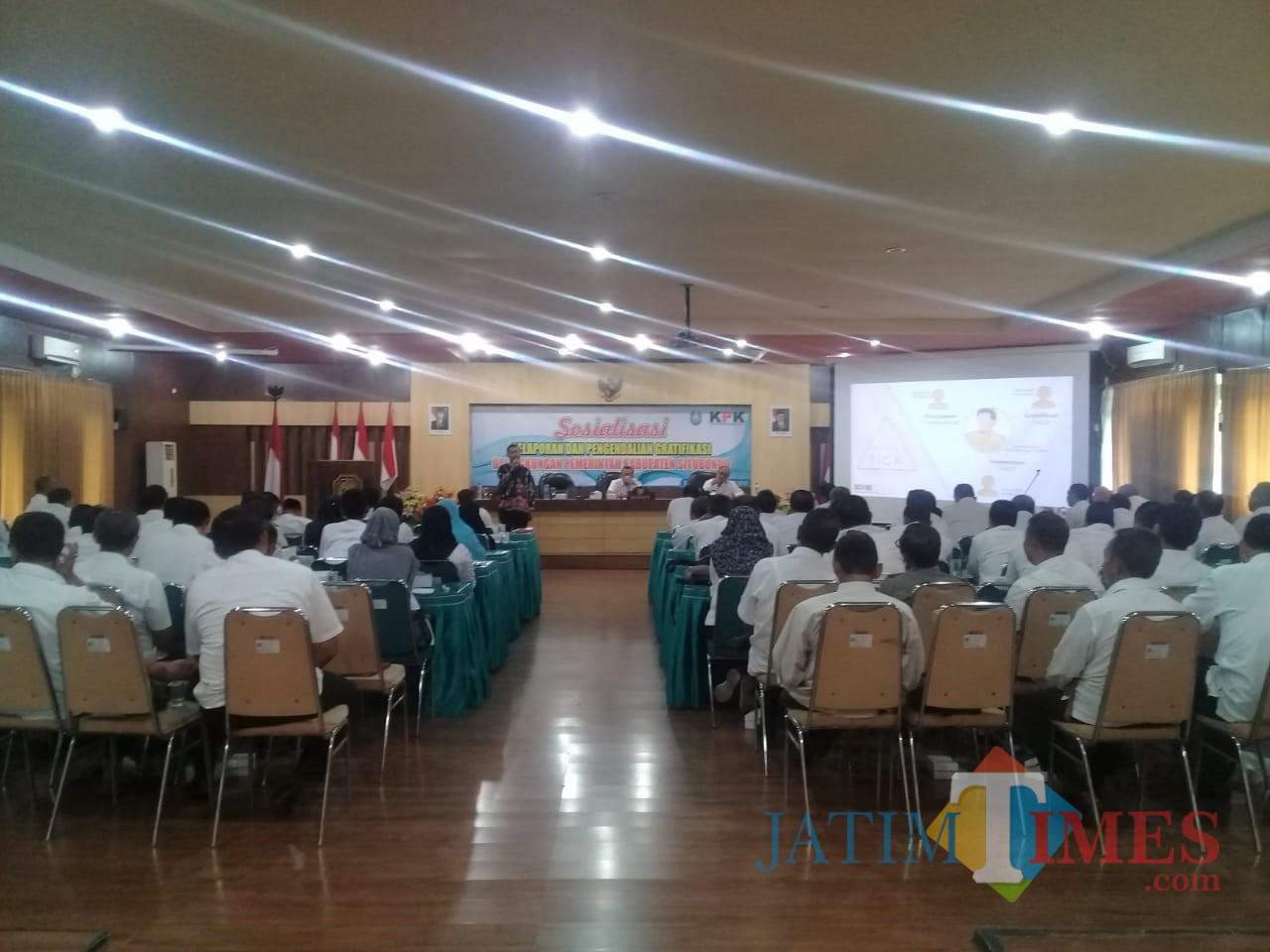 Situasi sosialisasi pelaporan dan pengendalian gratifikasi yang berlangsung di lantai II Pemkab Situbondo (Foto: Heru Hartanto/SitubondoTIMES)