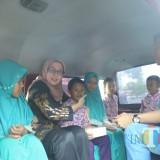 Wabup Lumajang Ir. Indah Amperawati bersama pelajar Lumajang, ketika Launcing Angkutan Gratis (Foto : Moch. R. Abdul Fatah / Jatim TIMES)